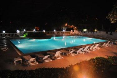 merit-halki-palace-havuz