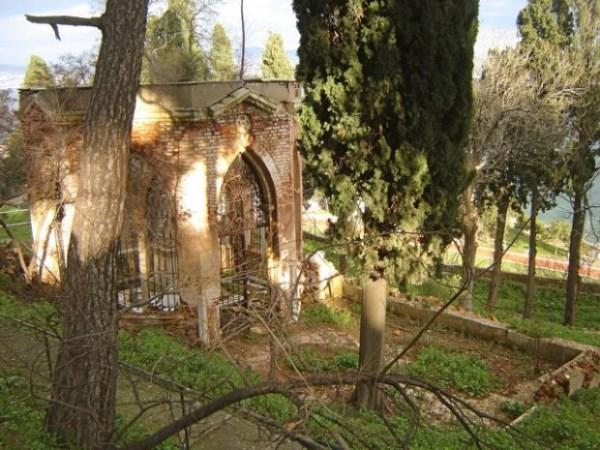 Heybeliada Kangelaris Ailesi Anıt mezarı