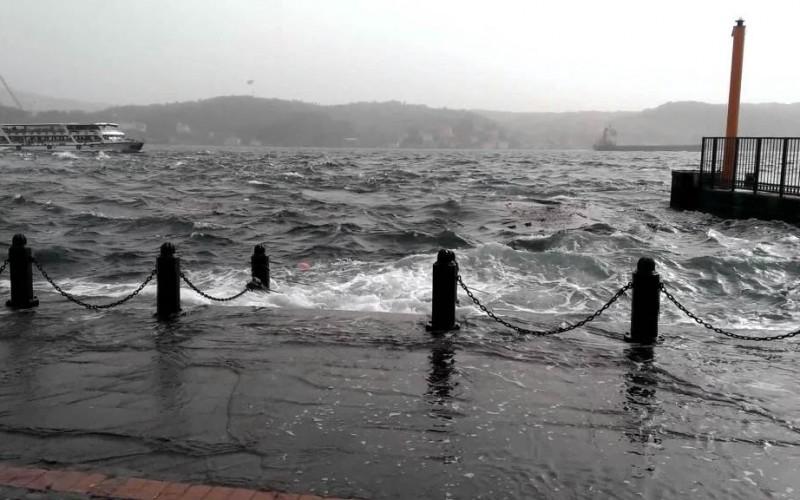 Kuvvetli Fırtına Adalar'a Ulaşımı Engelliyor.